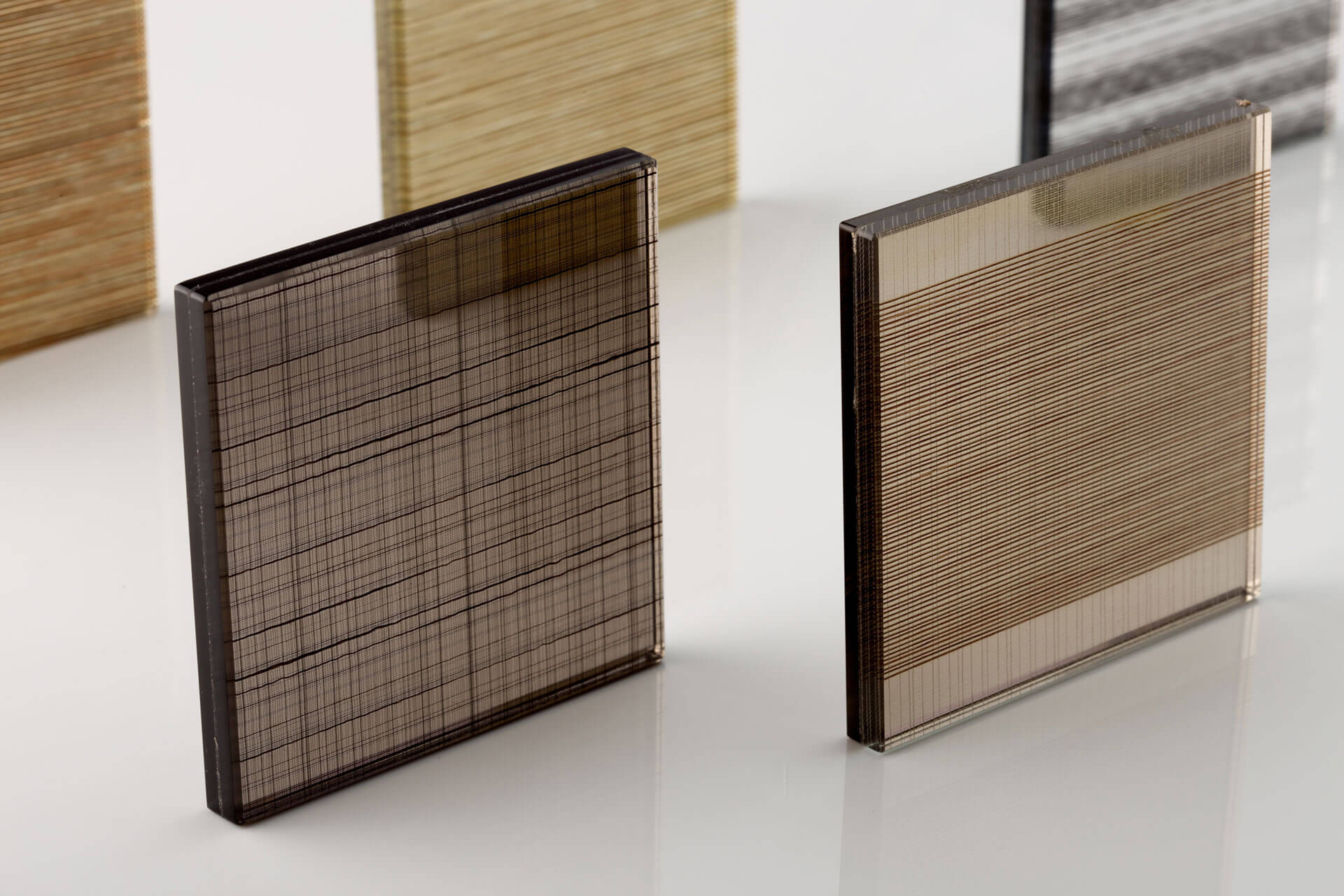 Decorative metal mesh laminated glass